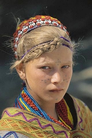 chip de fata minoritate Kalash Pakistan